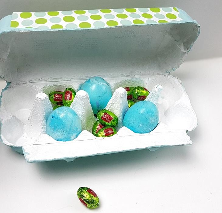 Osternest grün-türkis im bemalten Eierkarton