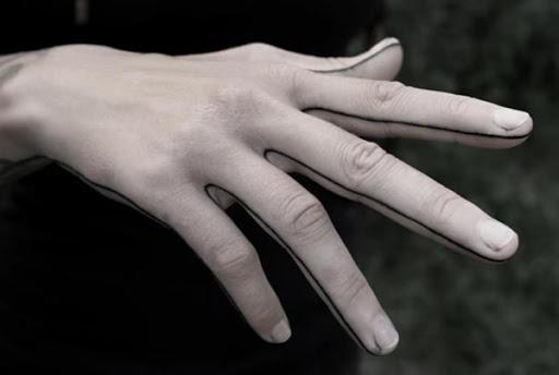 O portador da mão direita é descrita com uma única linha preta que lembra o resíduo produzido quando a escola de ensino fundamental professores de arte pedir aos seus alunos para desenhar um turquia e use sua mão como um modelo.