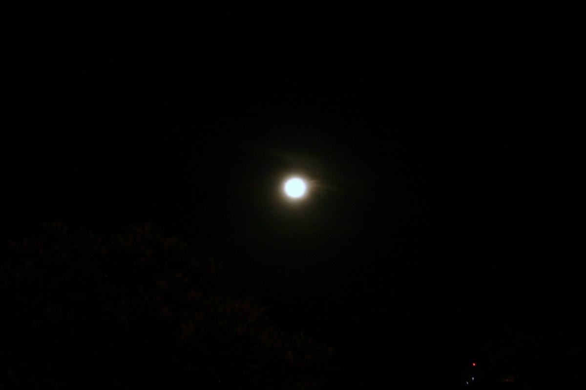 꾸따 밤하늘에 뜬 달