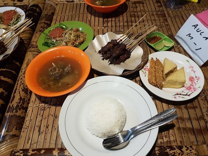 Dinner Sate Rembiga di Lesehan Sate Rembiga Lombok | Trip Lombok Indonesia