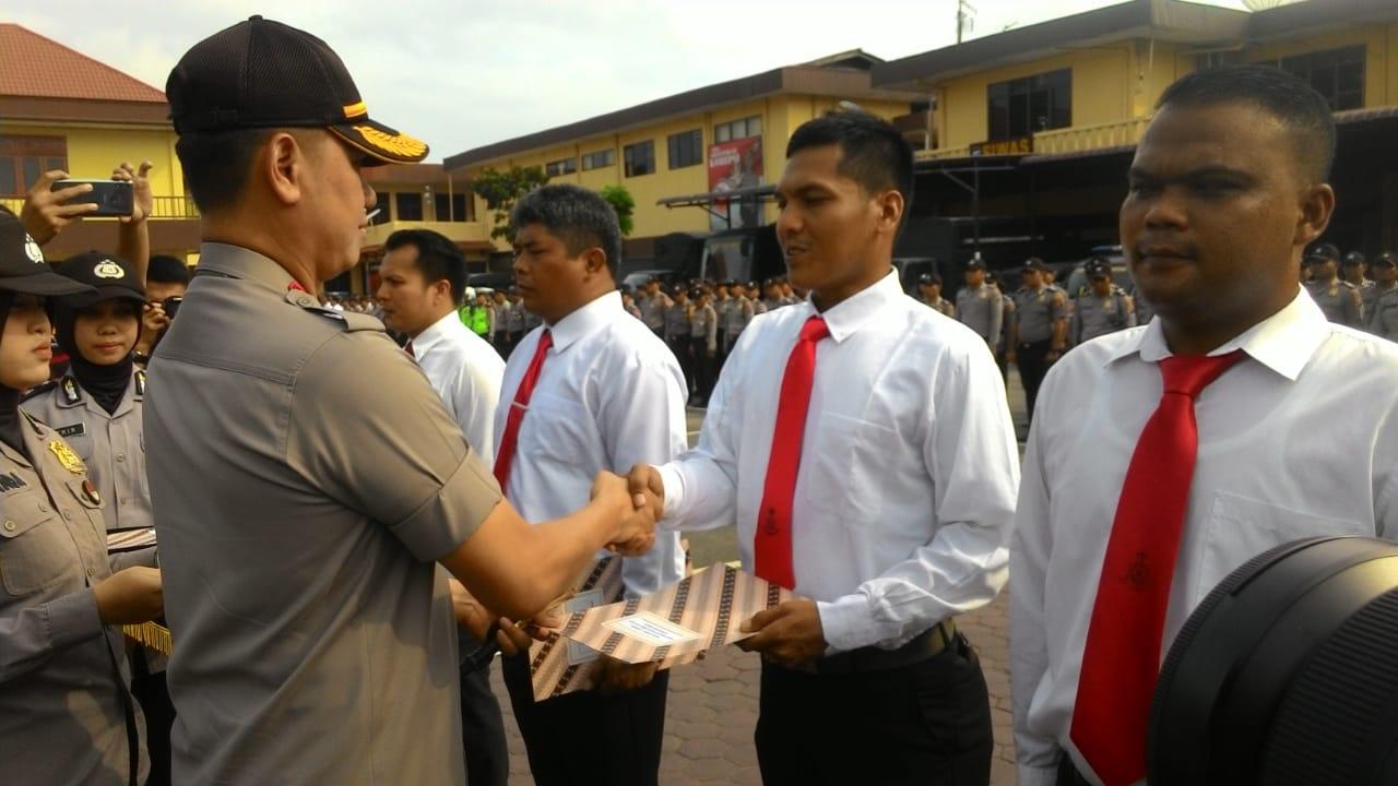 REWARD: Kapolrestabes Medan Kombes Pol Dadang Hartanto saat memberikan reward kepada anggotanya.