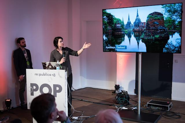 Eine Frau präsentiert bei einem Vortrag
