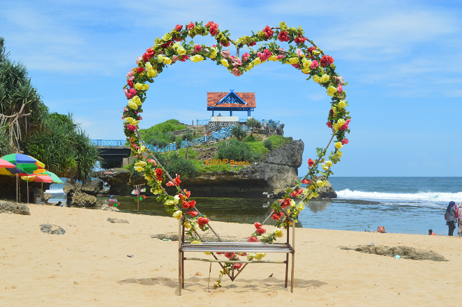 Pantai Kukup Pesona Pantai Ala Tanah Lot Bali Berita Feature Generasi Muda