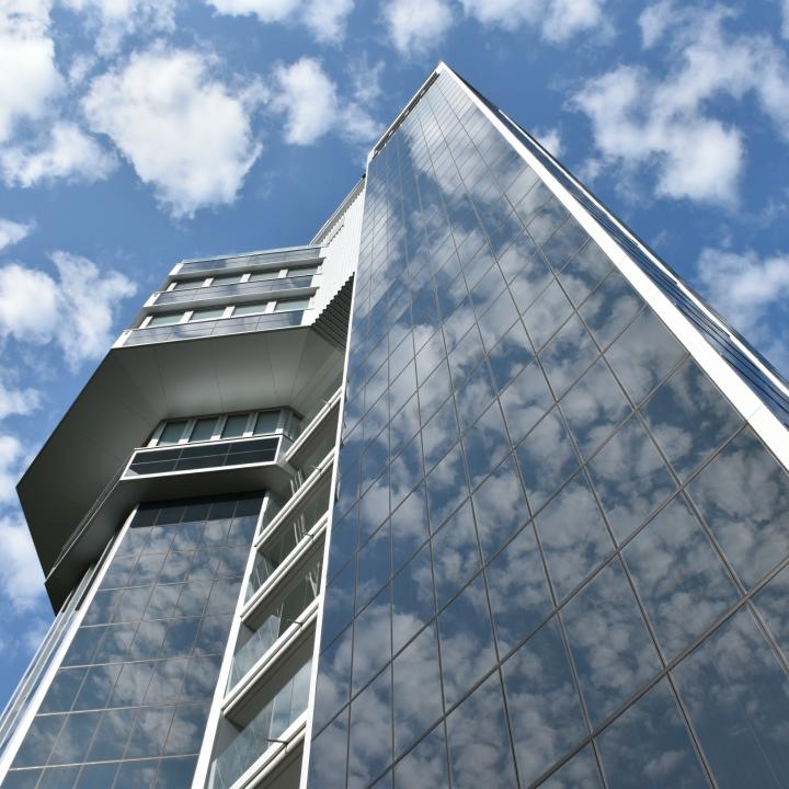 Schäfchenwolken spiegeln sich auf der Turmfassade