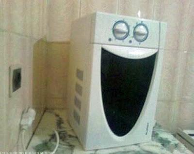Lachende Waschmaschine breitet grinsen