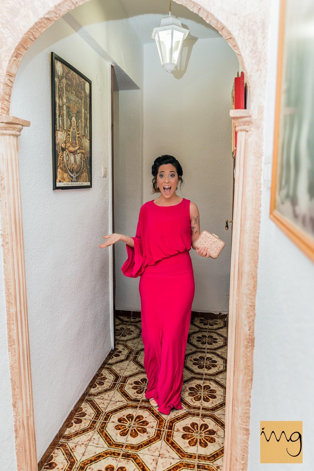 Fotografía del momento en el que la dama de honor ve a la novia