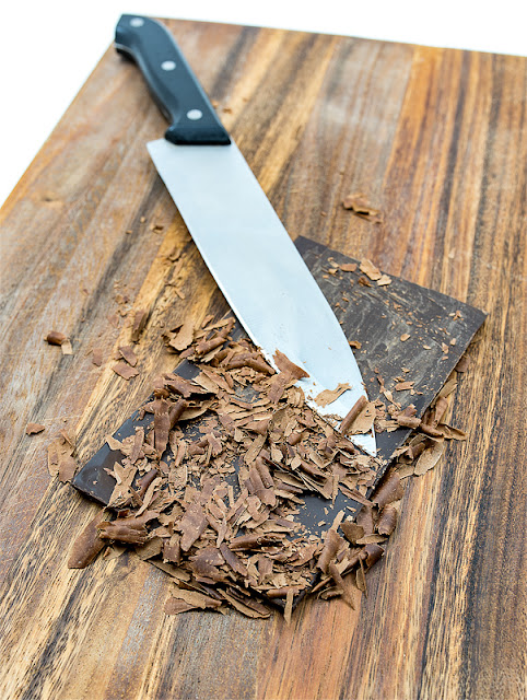 Na deski nastrgana temna čokolada
