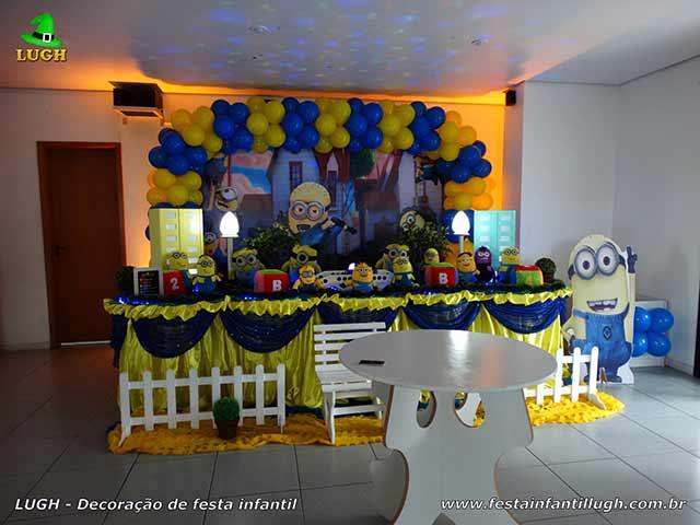 Decoração de festa Minions e mesa tradicional forrada com toalhas de tecido em cetim