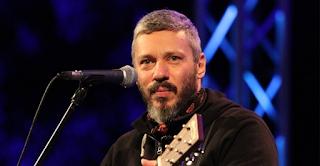 Ο Αλκίνοος Ιωαννίδης τραγουδά στη νοηματική για κωφούς και βαρήκοους και συγκινεί το Πανελλήνιο