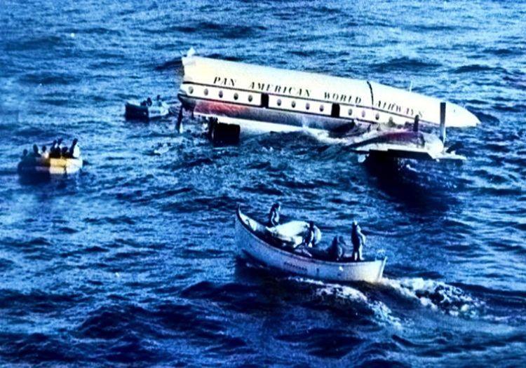 Denize düşen uçak enkazı ancak 1 saat sonra kurtarılabildi, kurtarma ekiplerinin bölgeye ulaşması uzun sürdü.