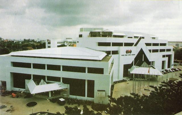 gedung besar berwarna putih dan berlantai 6 di surabaya