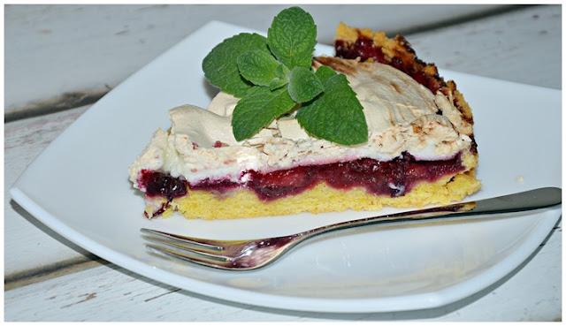 Tarta bezowa z truskawkami i borówkami w galaretce