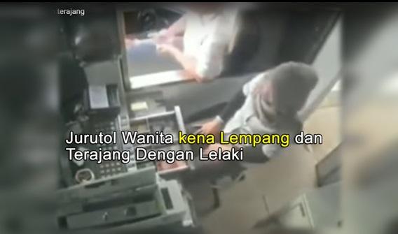 [VIDEO] KURANG AJAR!!! Jurutol Wanita Bertudung Kena Lempang dan Terajang Oleh Pemandu Lelaki...