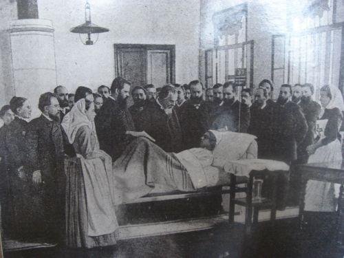 Сергей Боткин осматривает пациента