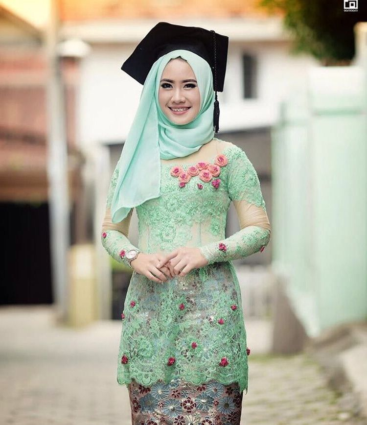 31 Model Kebaya Wisuda Untuk Mahasiswi Berjilbab Modern Cantik