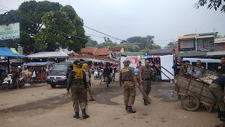 Beri Contoh Pada Masyarakat, Satpol PP Kab Cirebon Bersihkan Komplek Makam Sunan Gunung Jati