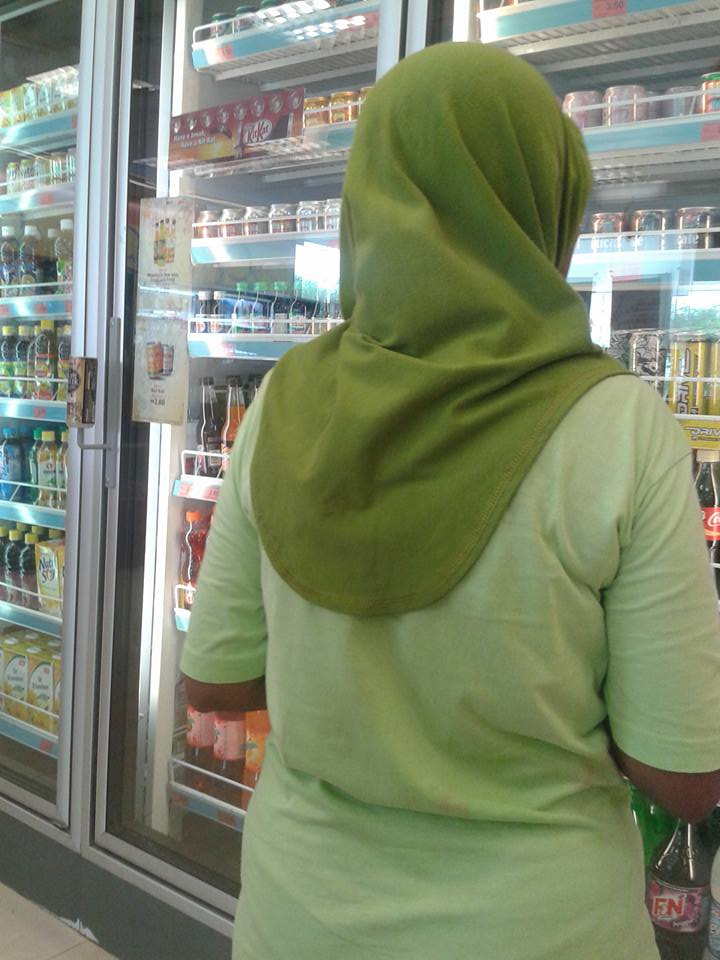Malaysian Man Got Curious After Seeing This Lady Walking Around The Store, So He Did This!