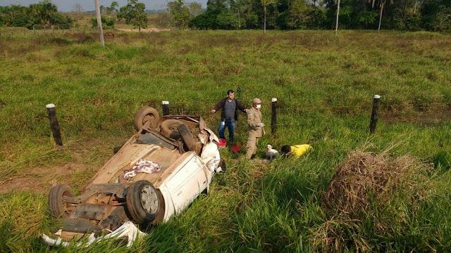 Mulher é socorrida ao hospital após capotar carro na RO-387, próximo de Pimenta Bueno
