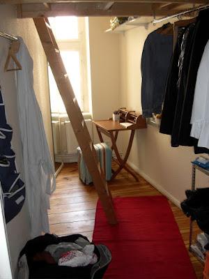Schmale Kammer, kleiner Schreibtisch, Hochbett ... aber roter Teppich