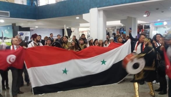 باحتفالات شعبية تونس تستقبل أول طائرة سوريّة على أراضيها.فيديو