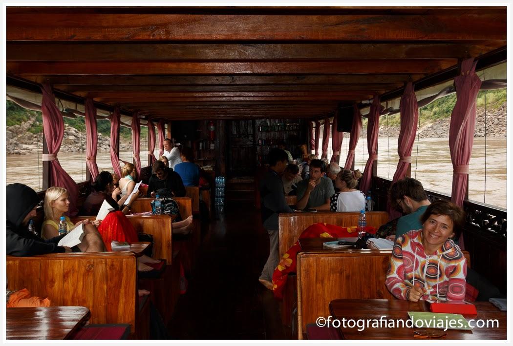 interior del barco Shompoo cruise en Laos
