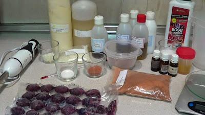 Ingredientes para hacer el jabón, batidora, 160 gr aceite de oliva,40 gr. oleato de laurel,40 gr oleato de centella asiática,40 gr oleato de hipérico, 40 gr. oleato de escaramujo, 100 gr aceite de coco, 120 gr. aceite de palma,10 gr aceite de aguacate,10 gr cera de abejas 10 gr petalos de rosas en polvo, 139,6 gr. zumo de uva, 54,3 gr. sodio hidróxido