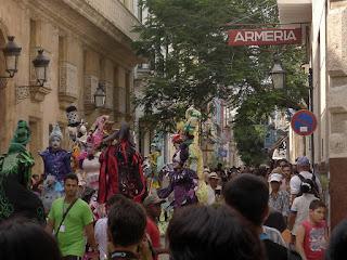 Kuba, Havanna, Altstadt, Gedränge in der Calle Mercaderes, zwischen den Touristen Schauspieler auf Stelzen in bunten Kostümen