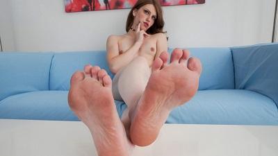 GroobyGirls – Foot Fetish: Meet Izzy Wilde!