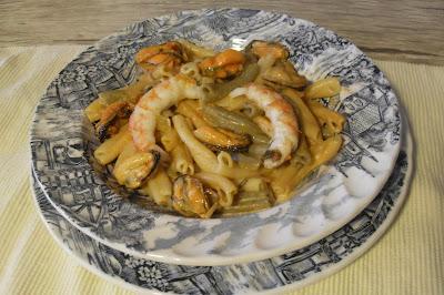 Pasta (gemelli) con mejillones y gambas al curry y cúrcuma.