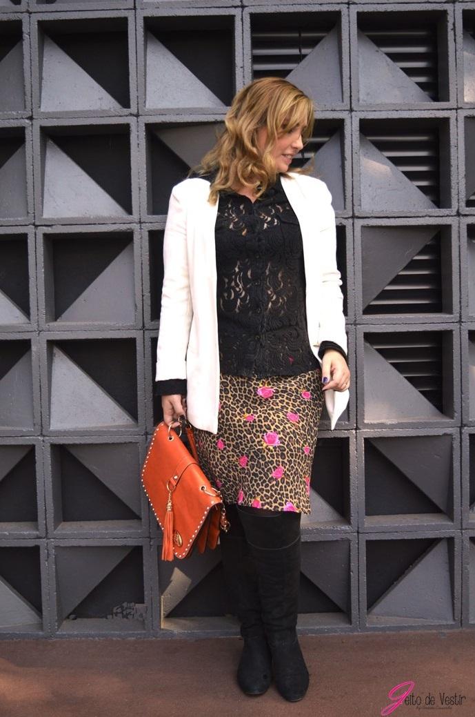 look-jeito-de-vestir-saia-animal-print-bota-preta-blazer-branco-camisa-rendada-blog-jeito-de-vestir-moda