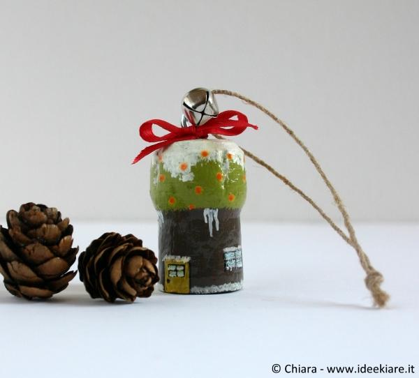 Addobbare l'albero di Natale con tappi del vino