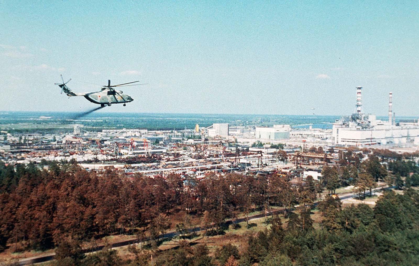Un helicóptero militar propaga un fluido de descontaminación pegajoso que se supone reduce la propagación de partículas radiactivas alrededor de la planta nuclear de Chernobyl unos días después del desastre.
