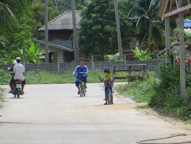 Веселый парень на велосипеде