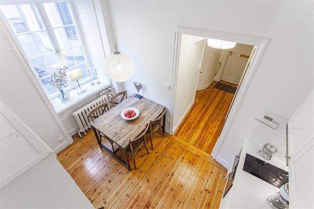 comedor abierto en la cocina visto desde un altillo