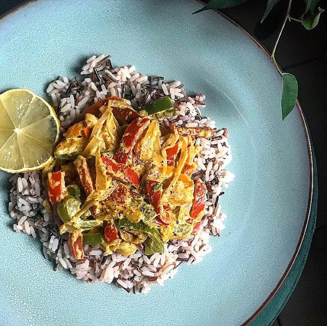 Mélange healthy die riz et curry de poivrons à la crème de soja Charlotte and cooking