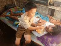 Bocah SD Ini Rawat Ayahnya yang Lumpuh Sendirian, Kisah Pilunya Bikin Netizen Nangis