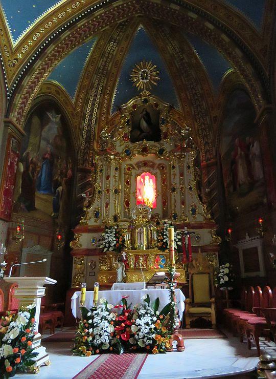 Ołtarz główny z figurą Matki Bożej Ludźmierskiej.