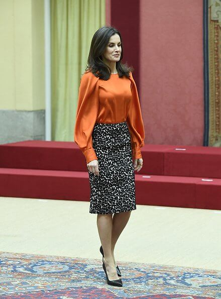 Queen Letizia wore new Zara blouse with voluminous sleeves and Roberto Verino Jacquard pencil skirt