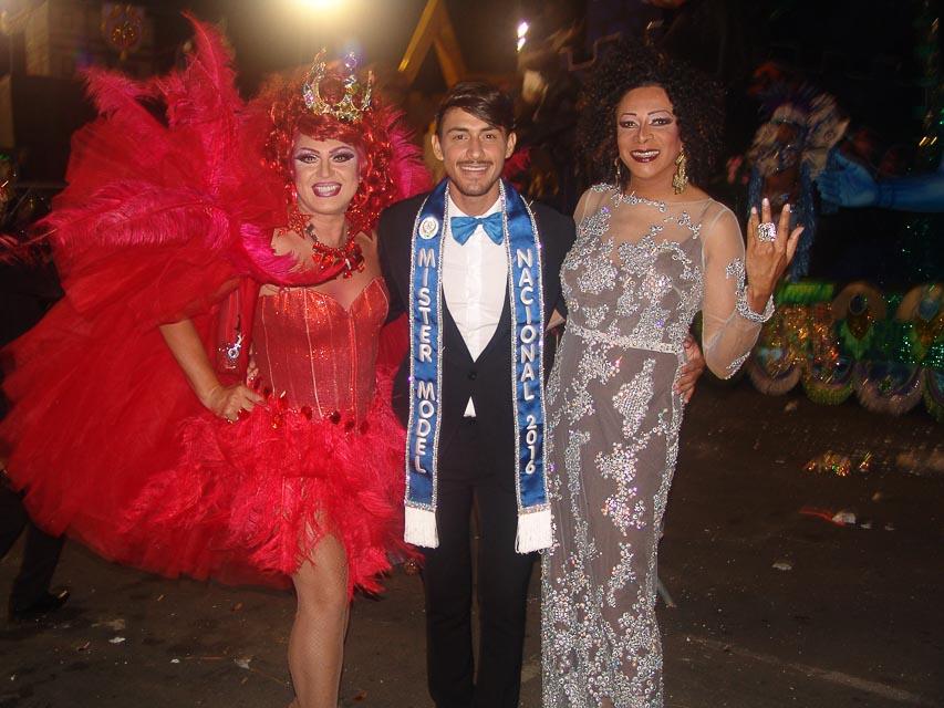 Robson Menezes ao lado das drags Dimmy Kieer e Silvetty Montilla. Foto: Trajano Fkeller