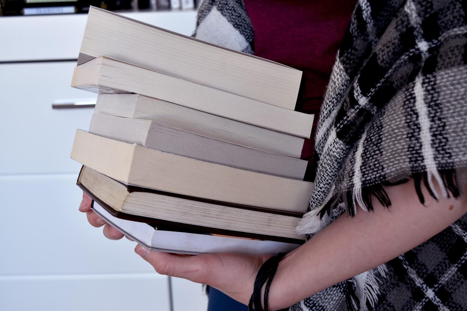 nowe książki, tanie książki, książki za parę złotych, stosik, sierpień, zakupy, czytam.pl, Dedalus, Tak czytam, jesień, koc, książki
