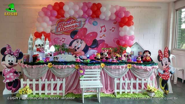 Decoração de festa de aniversário infantil tema Minnie com vestido rosa em mesa de tecido - pano