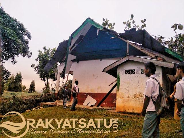 Bangunan SMAN 4 Sangalla Hancur, Akibat Tertimpa Pohon Tarra' Passilliran