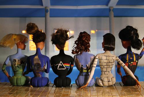 Parodia de la foto promocional del Pink Floyd back catalogue con seis barbies