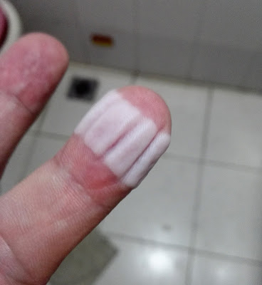 白く変色し、くっきりとシワになってる指