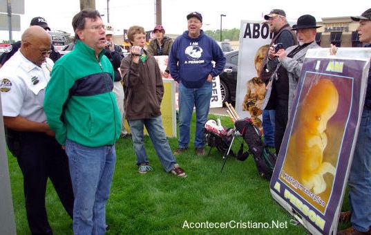 Pastor arrestado por protestar contra el aborto