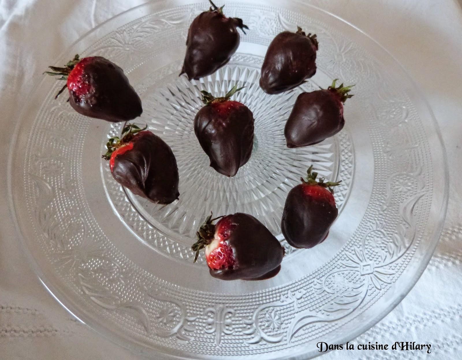 Fraises en coque de chocolat noir
