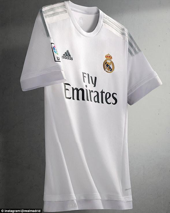 Cristiano Ronaldo alucina con la nueva camiseta del Real Madrid 2018 ... db03177429c3b