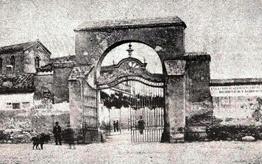 La vieja puerta de la tapia de ladrillos de Madrid, un arco con su puerta de rejería.