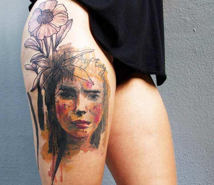 Tatuaje de un rostro en la pierna de una modelo