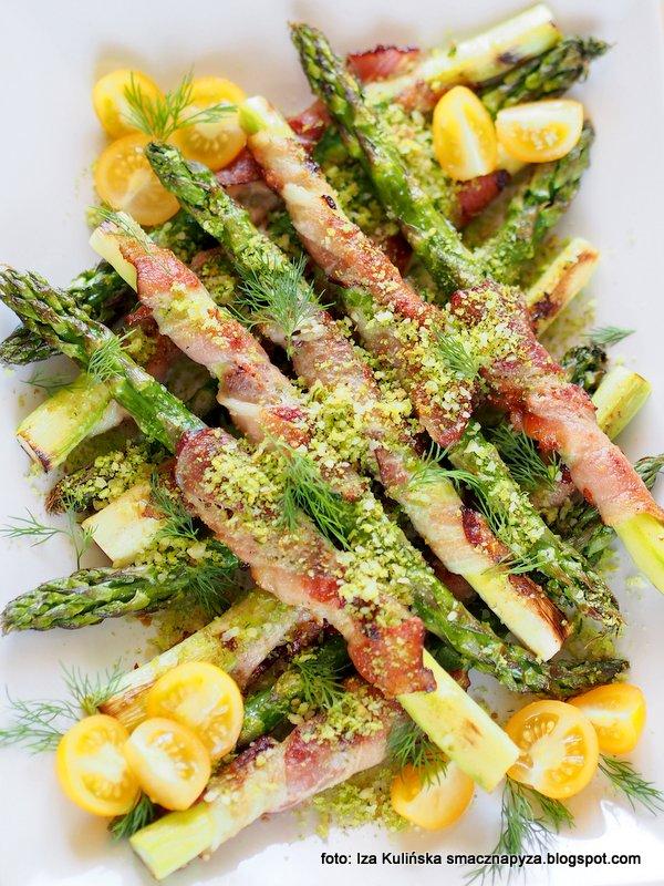 Szparagi pieczone z boczkiem i kruszonką